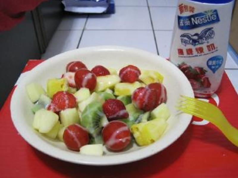 《草莓就愛鷹牌煉奶》清爽水果沙拉