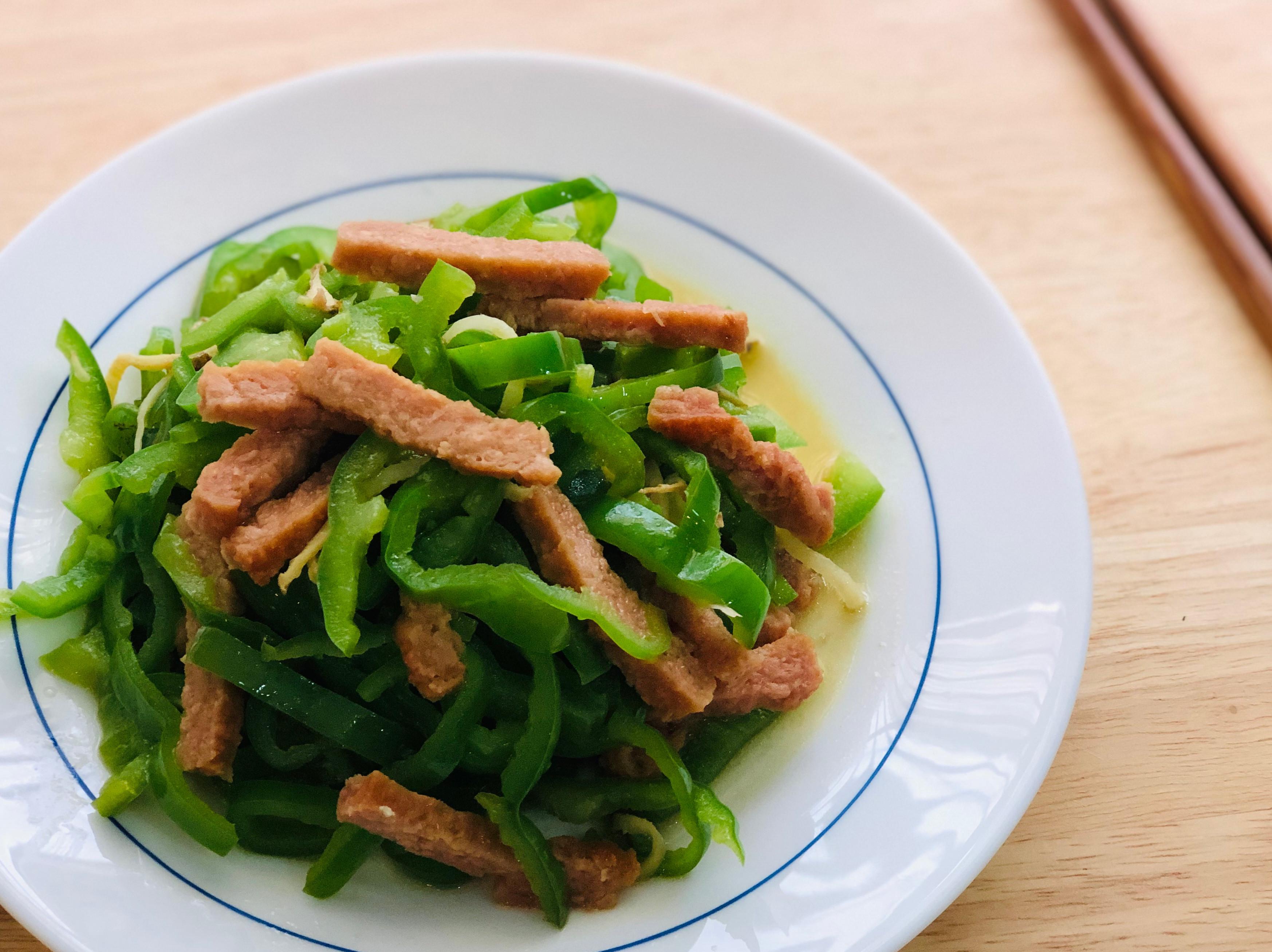 青椒炒素肉絲。OmniPork新餐肉