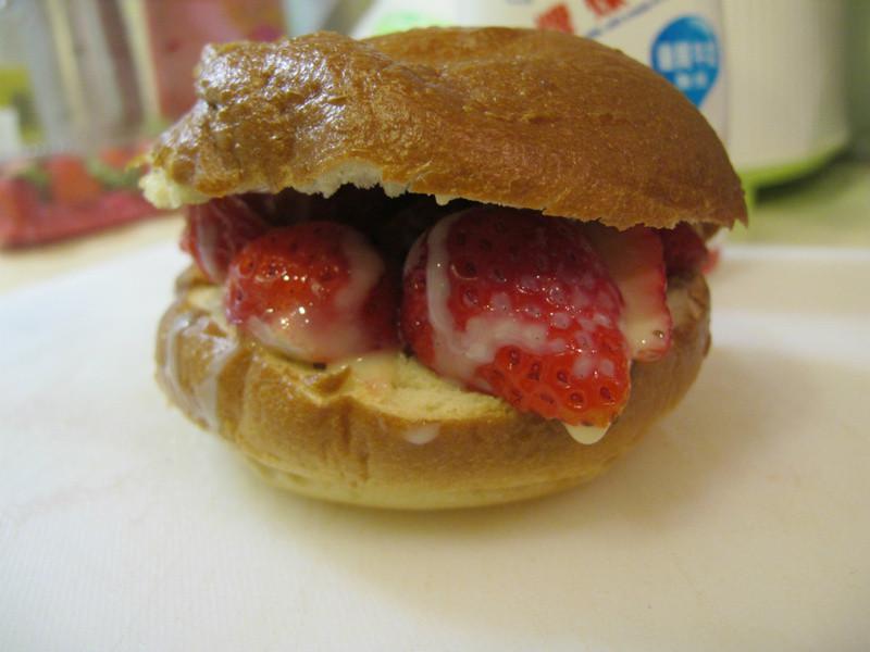 <<草莓就愛鷹牌煉奶>>草莓煉貝果