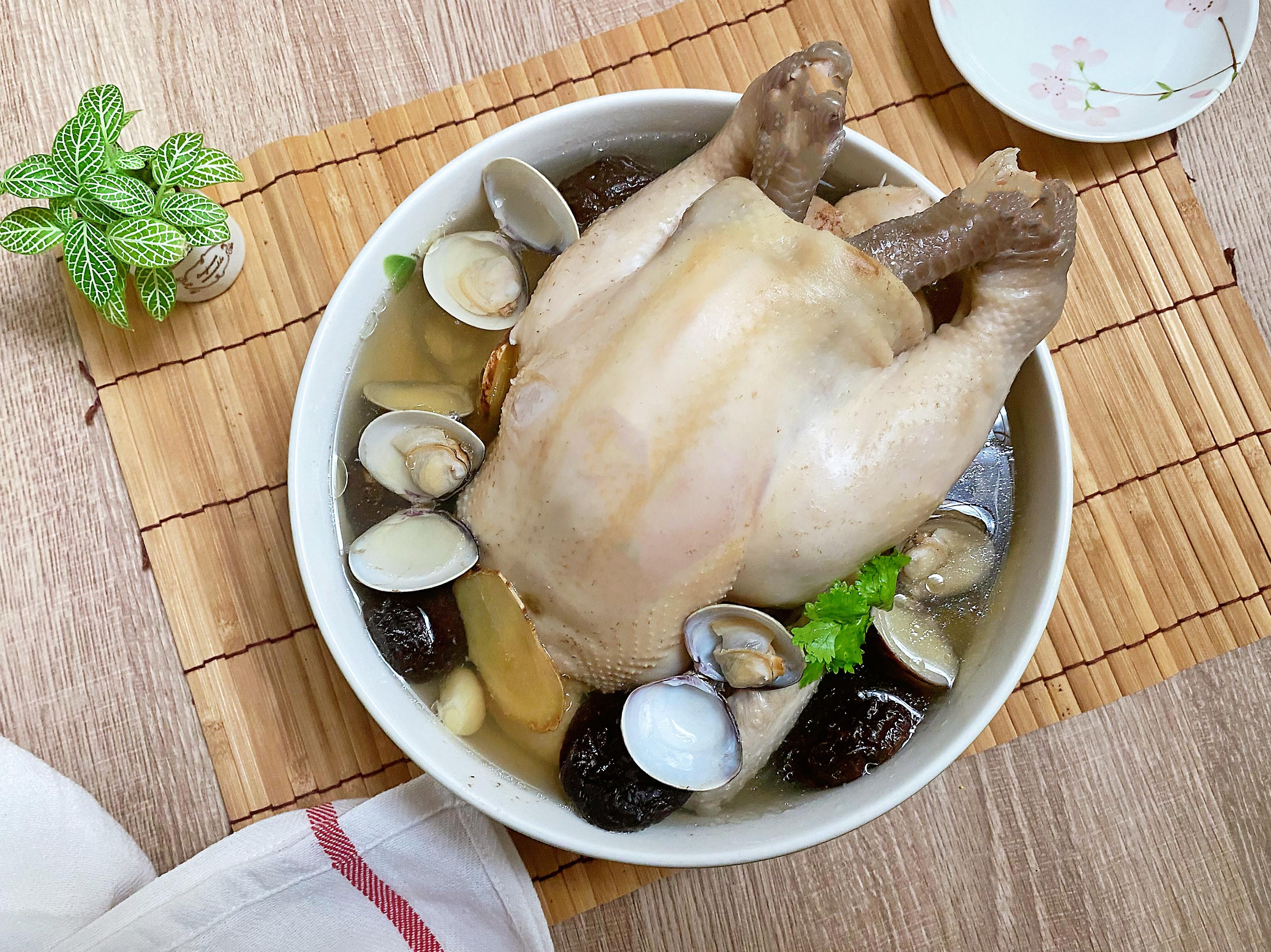蒜頭香菇蛤蜊全雞湯