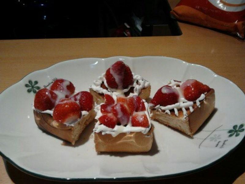 《草莓就愛鷹牌煉奶》草莓煉乳愛吐司