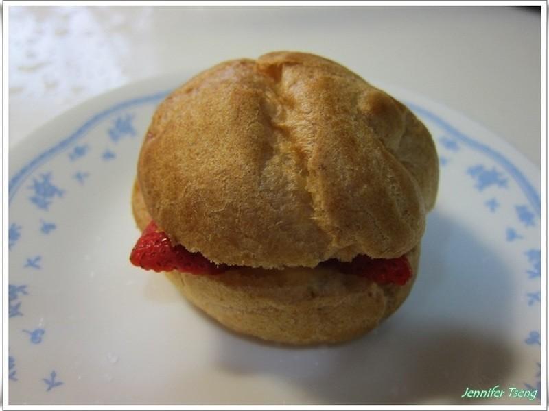草莓煉奶泡芙