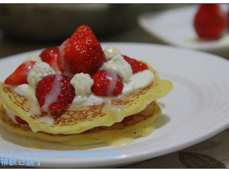 《草莓就愛鷹牌煉奶》高級版草莓鮮奶油煎餅