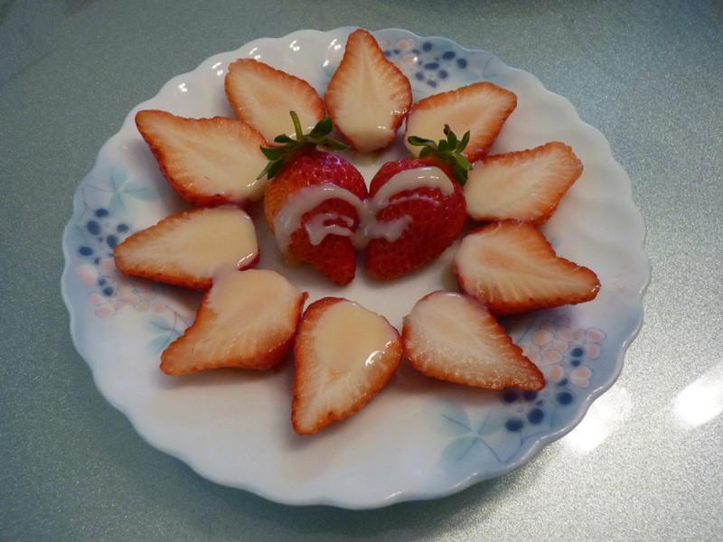 《草莓就愛鷹牌煉奶》飯後點心水果