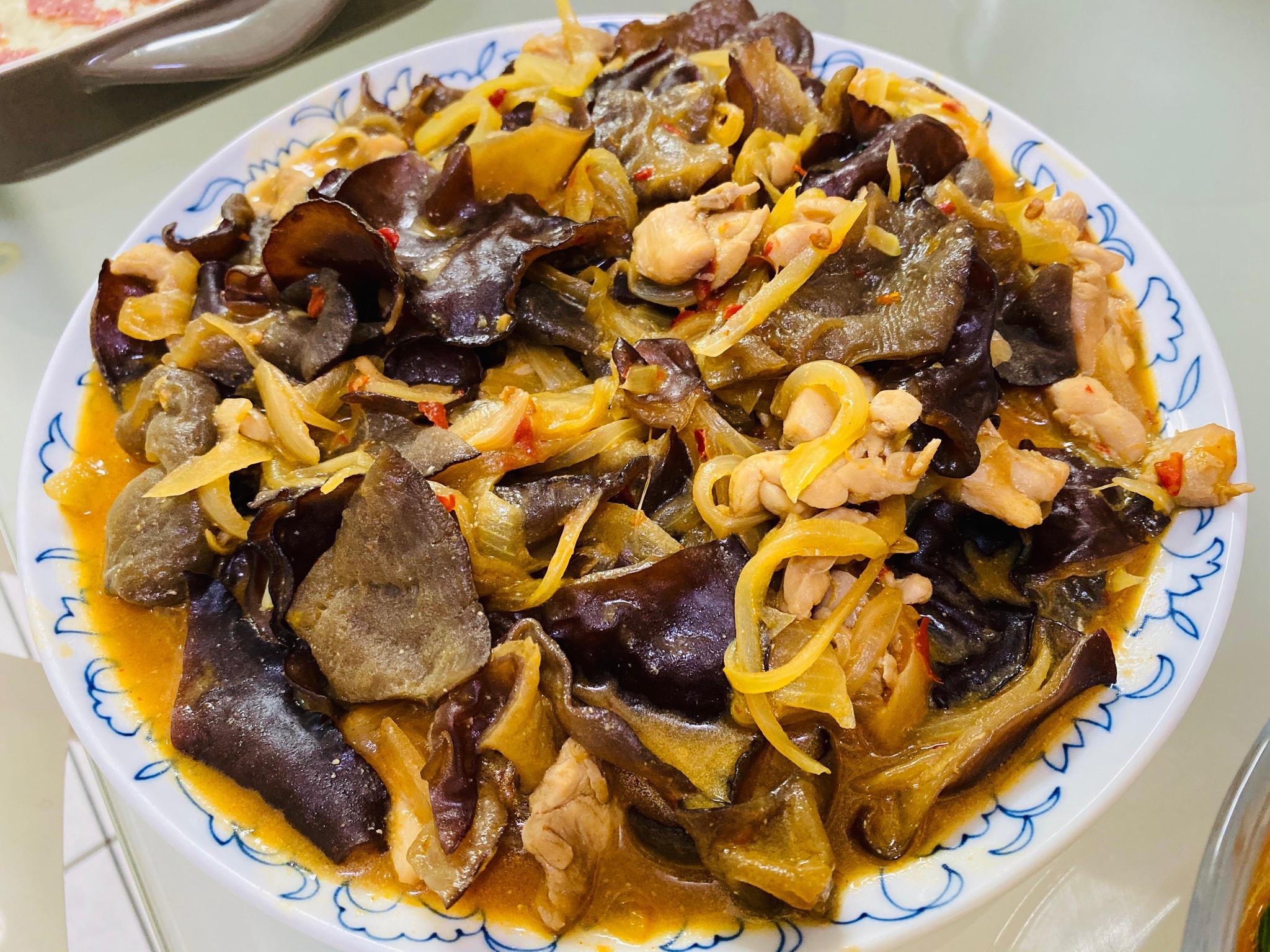 下飯料理:鹹辣黑木耳洋蔥雞腿肉