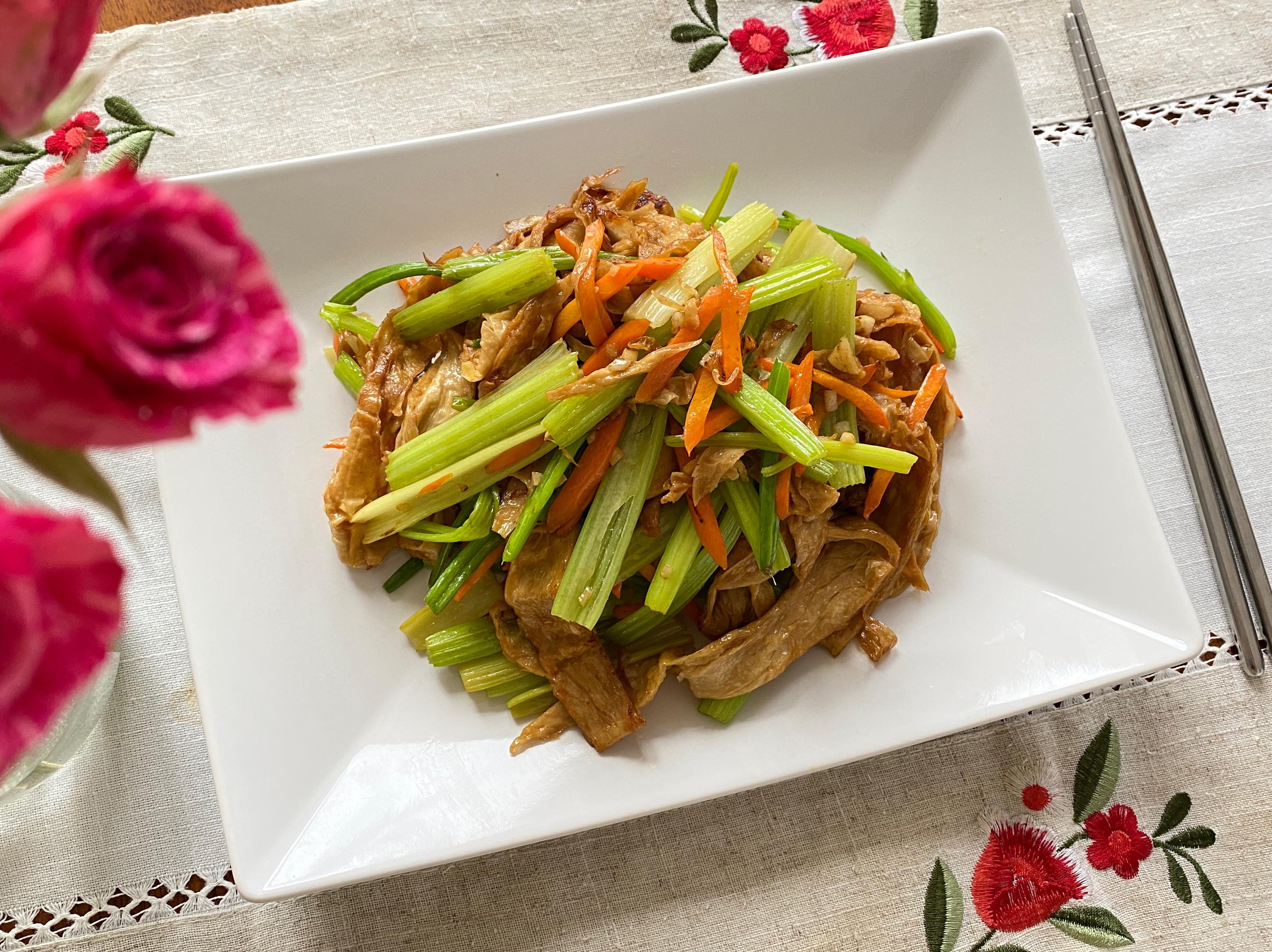 豆包炒芹菜