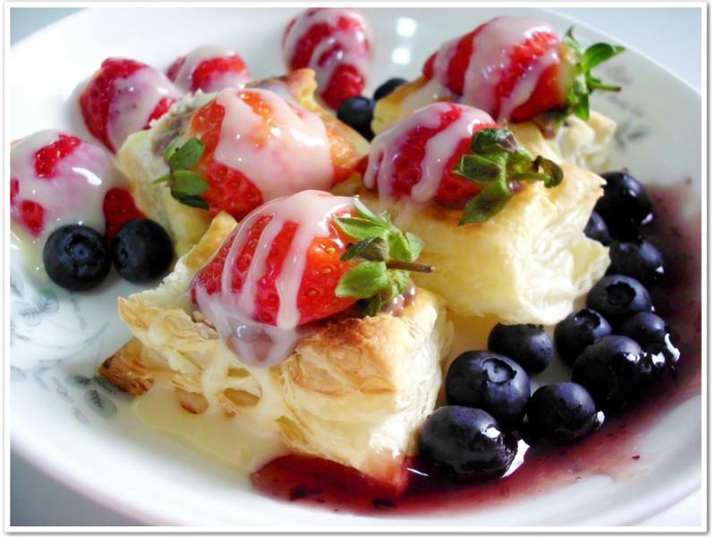 《草莓就愛鷹牌煉奶》草莓巧克力藍莓起酥派