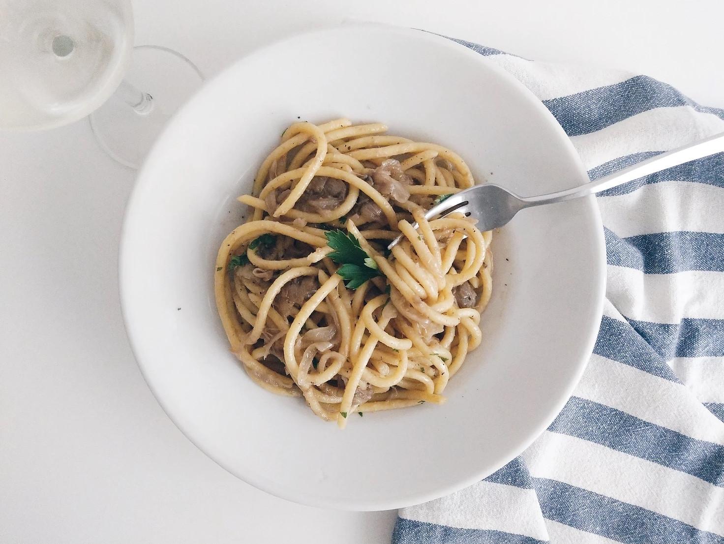 鹹甜滋味!威尼斯經典洋蔥鯷魚醬義大利麵