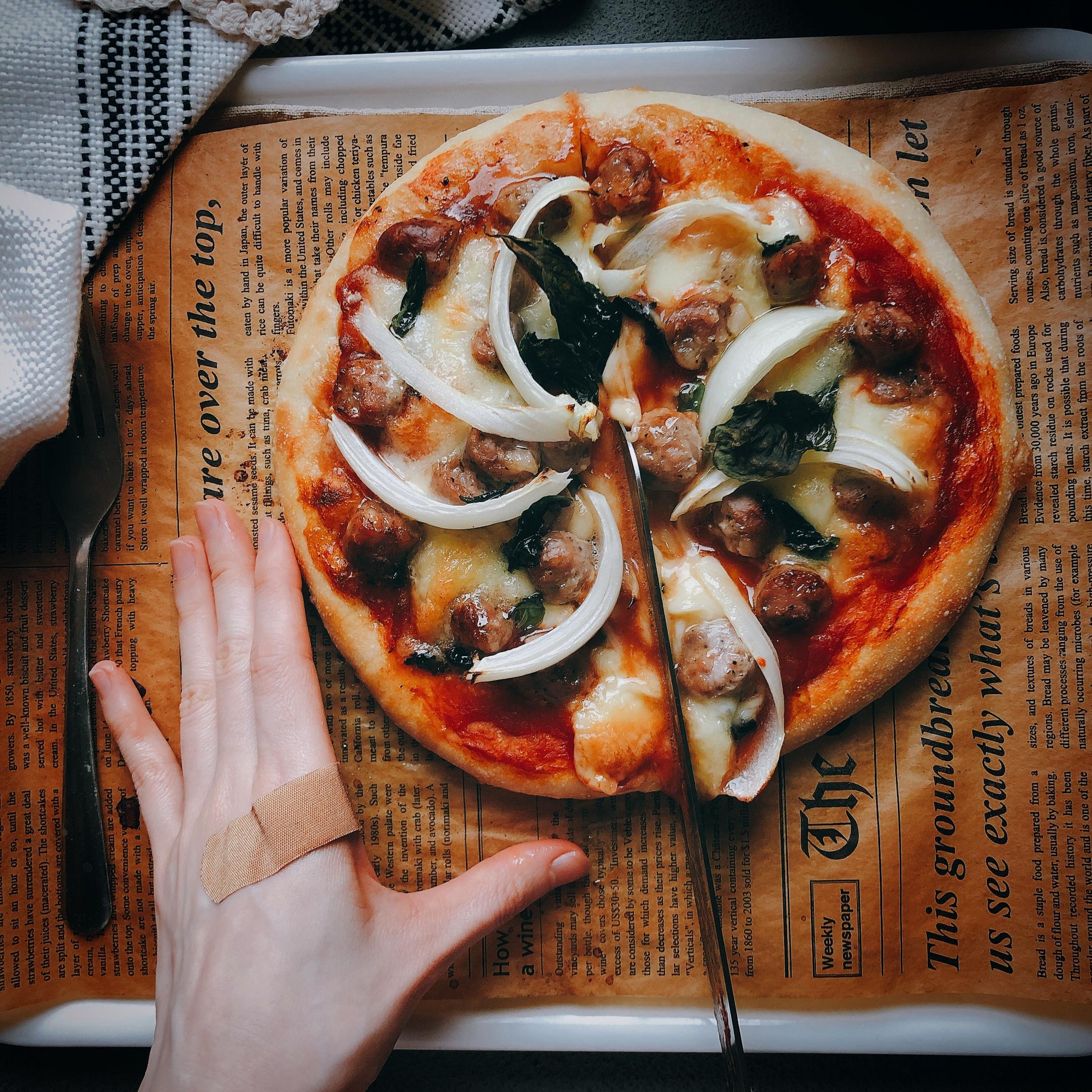 「你別說還挺好吃」梅乾菜黑胡椒烤腸披薩