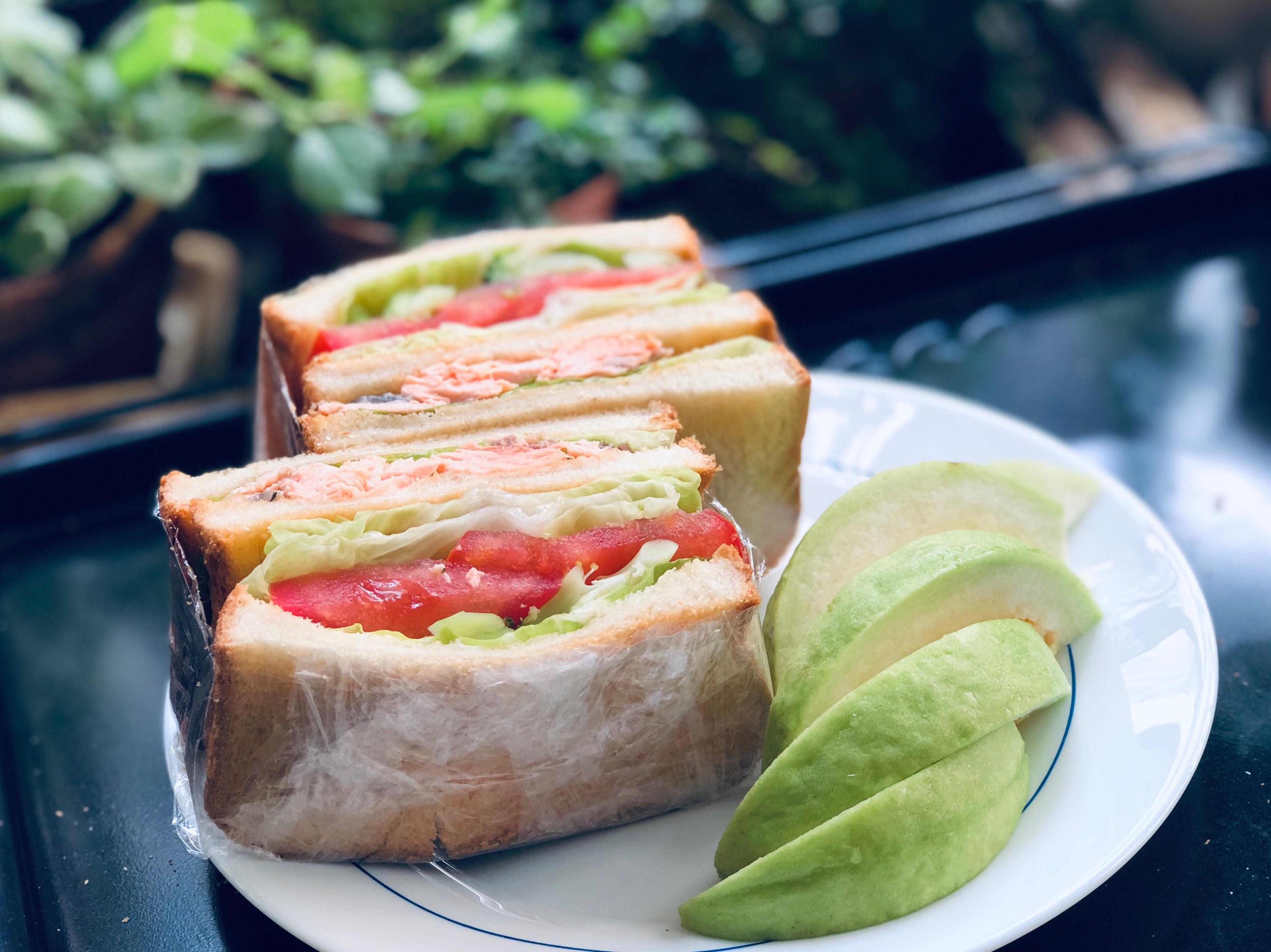 蒸鮭魚花椰菜蕃茄生菜總匯三明治