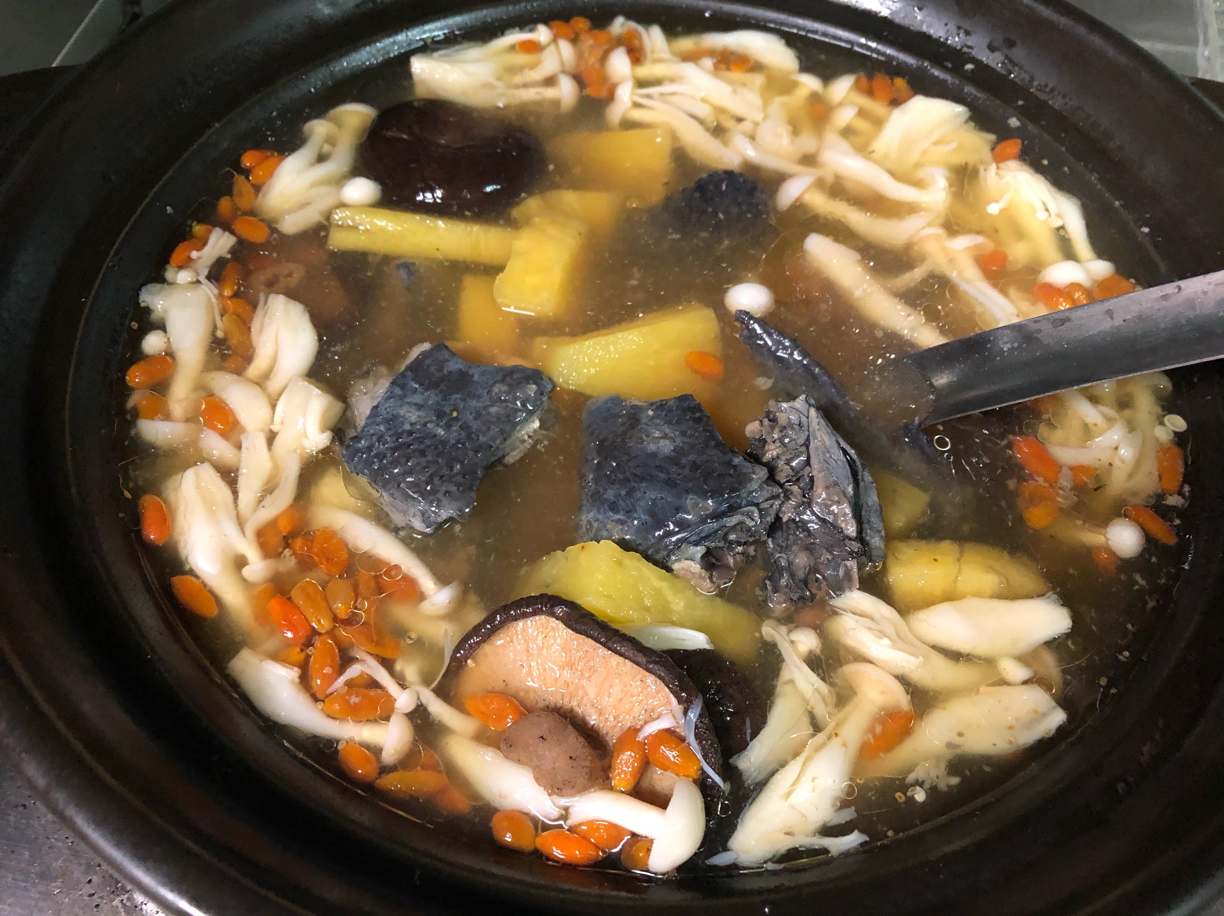 挺鳳梨料理:香菇枸杞鳳梨烏骨雞湯