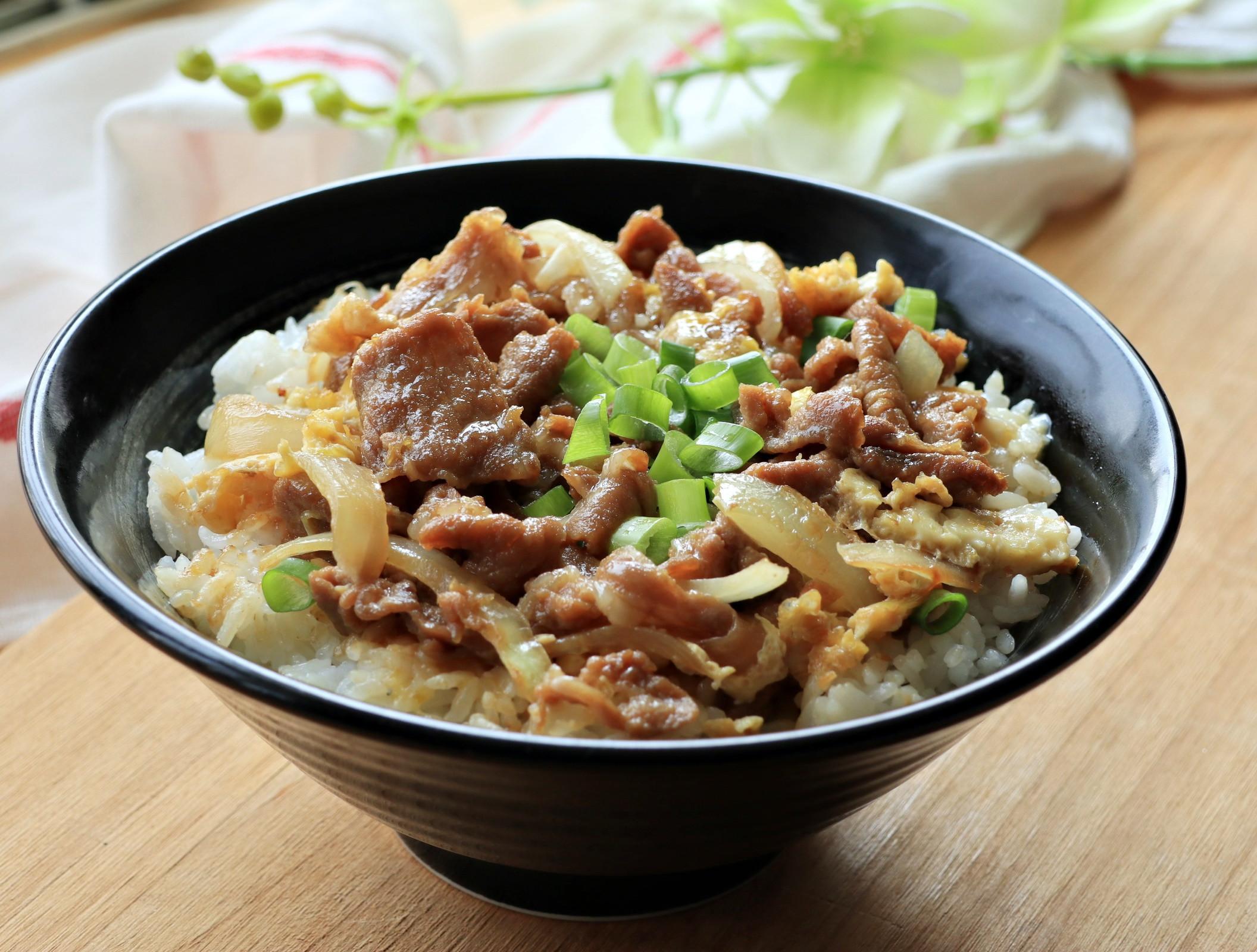 洋蔥豬肉蓋飯【李錦記頭道蠔鮮醬油】
