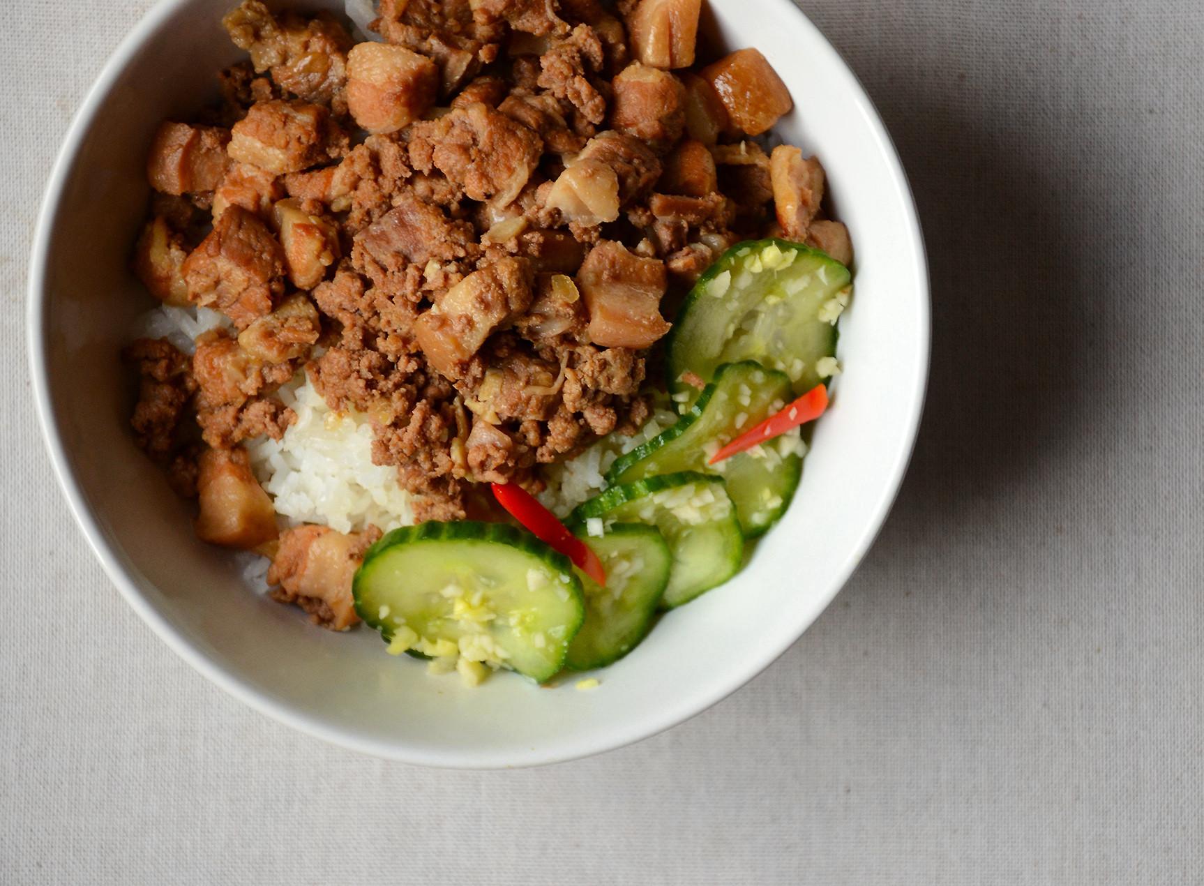 五香滷肉飯(配醃小黃瓜)