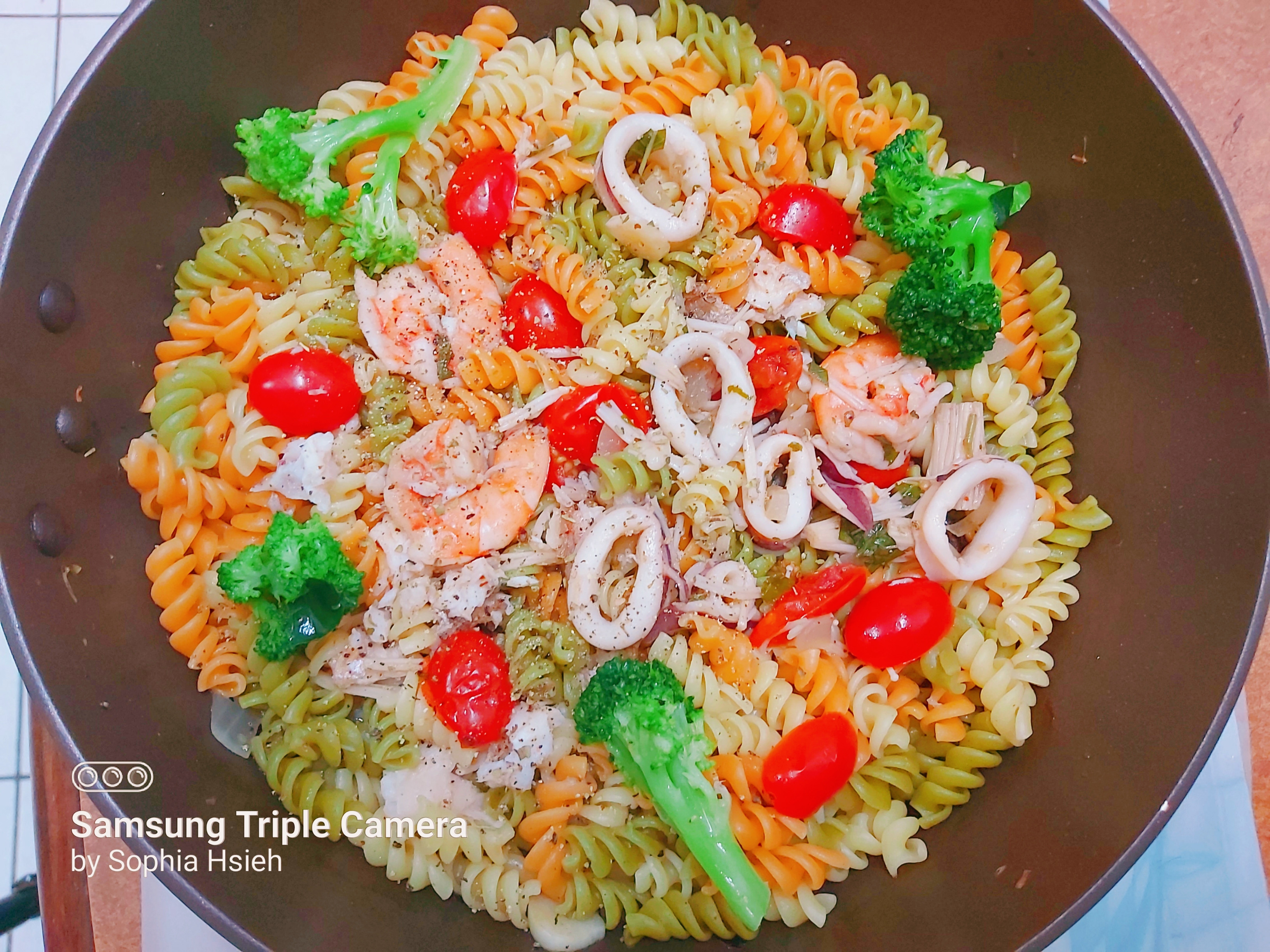 番茄海鮮蔬菜螺旋義大利麵
