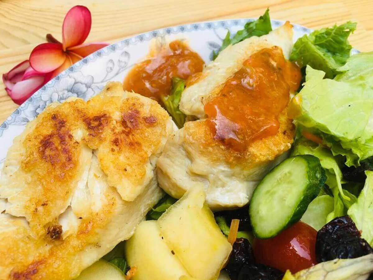 乾煎雞胸肉生菜沙拉佐蘑菇醬