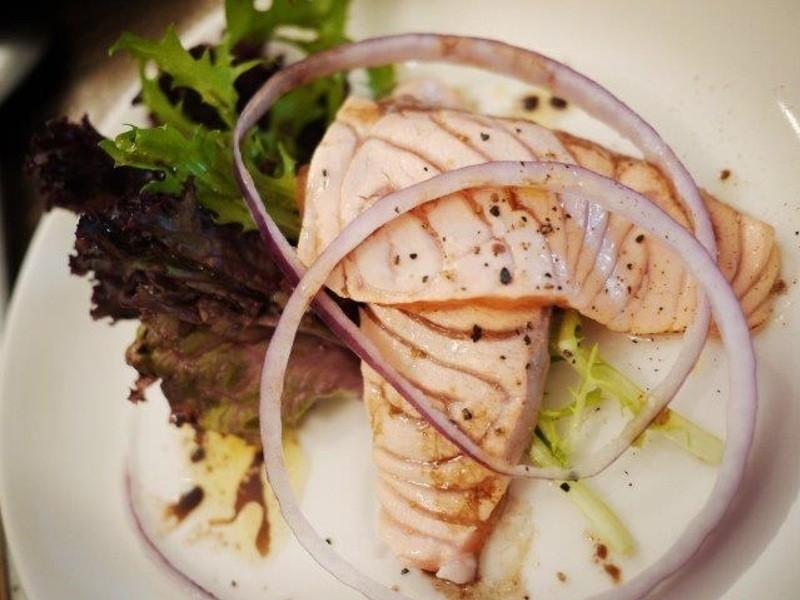 炙燒鮭魚紅酒醋沙拉