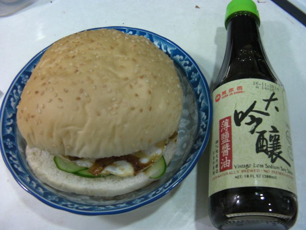 〈大吟釀薄鹽醬油〉-黑胡椒洋蔥醬味漢堡