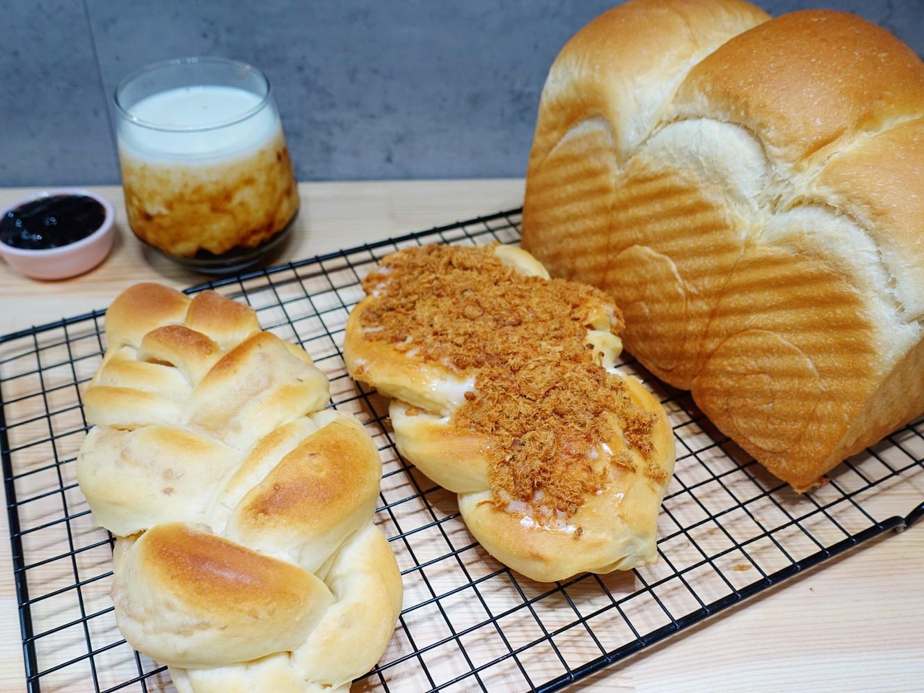 一種麵團做三種麵包。吐司、肉鬆、芋頭麵包