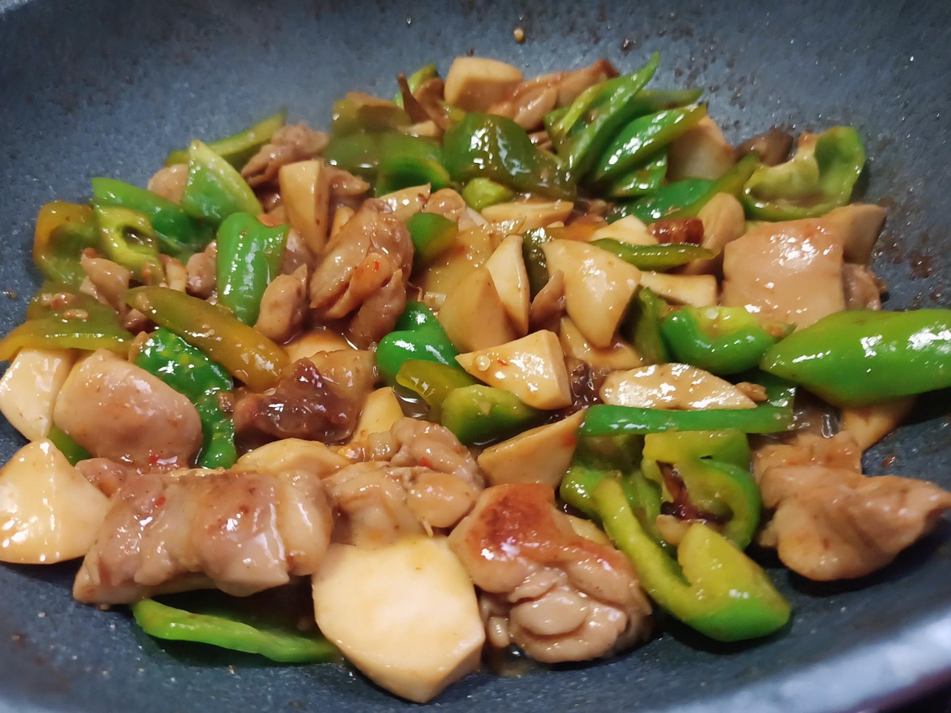 花椒燒雞球(簡單煮)杏鮑菇青椒快炒雞肉
