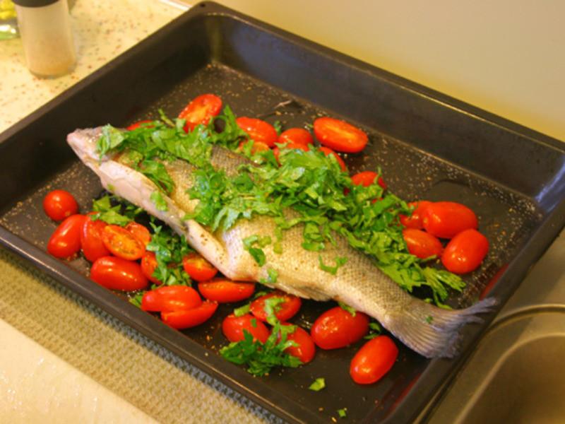 香芹葉櫻桃番茄烤鱸魚