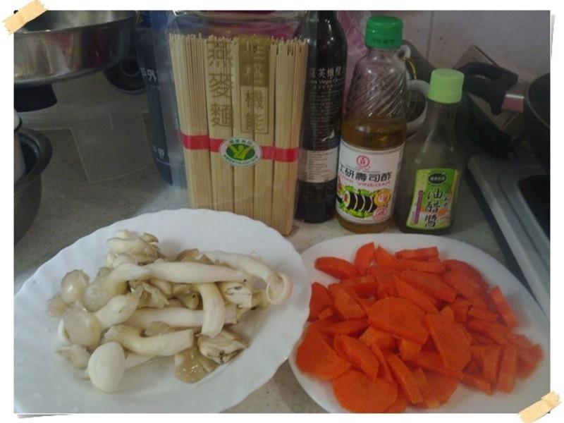 白精靈菇佐紅蘿蔔乾麵