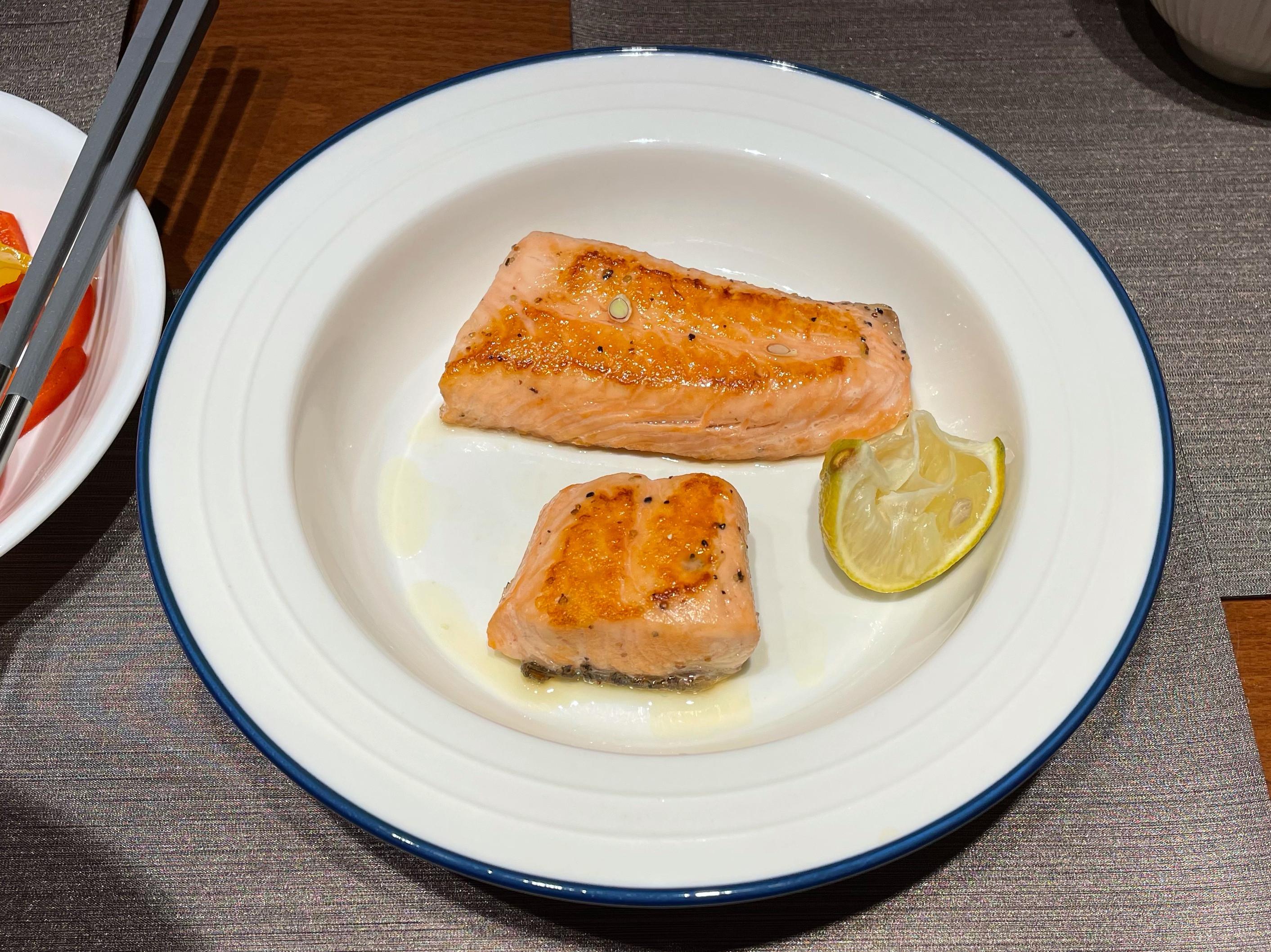 打疫苗補充omega-3 香煎鮭魚佐檸檬