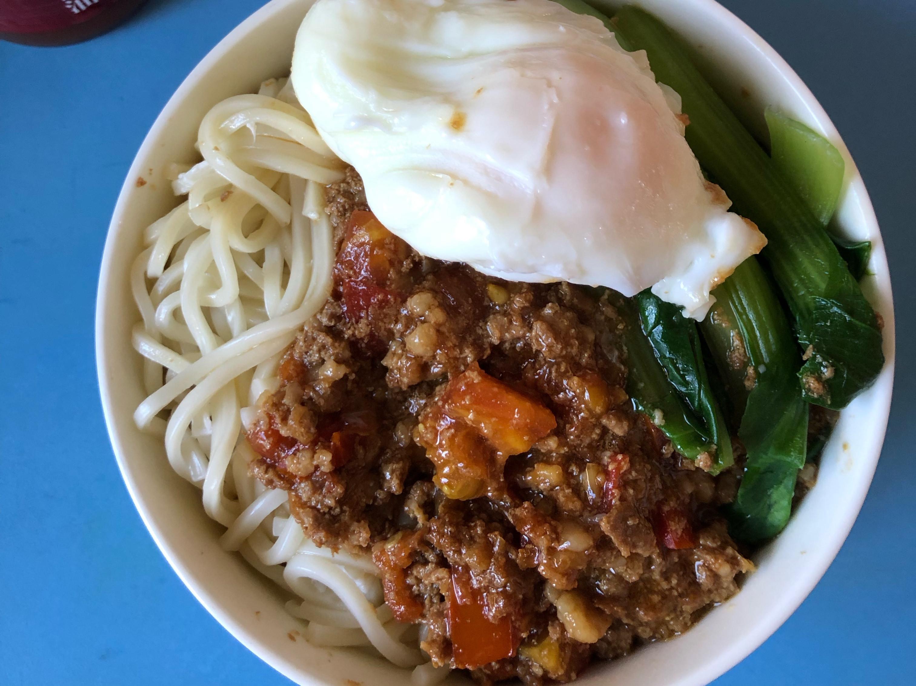 番茄肉燥乾拌麵·水煮蛋·青江菜