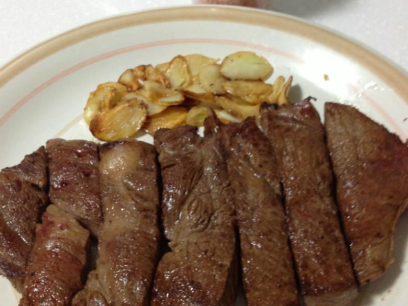 [牛排料理]玫瑰鹽蒜片沙朗牛排
