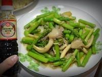 《龜甲萬樂享醍醐味》綠蘆筍炒雙菇
