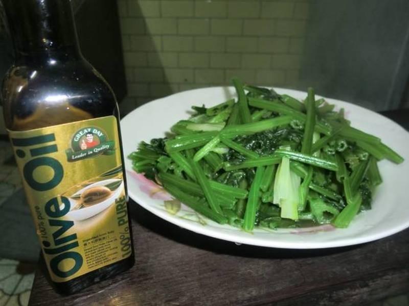 得意的一天橄欖油,炒波菜