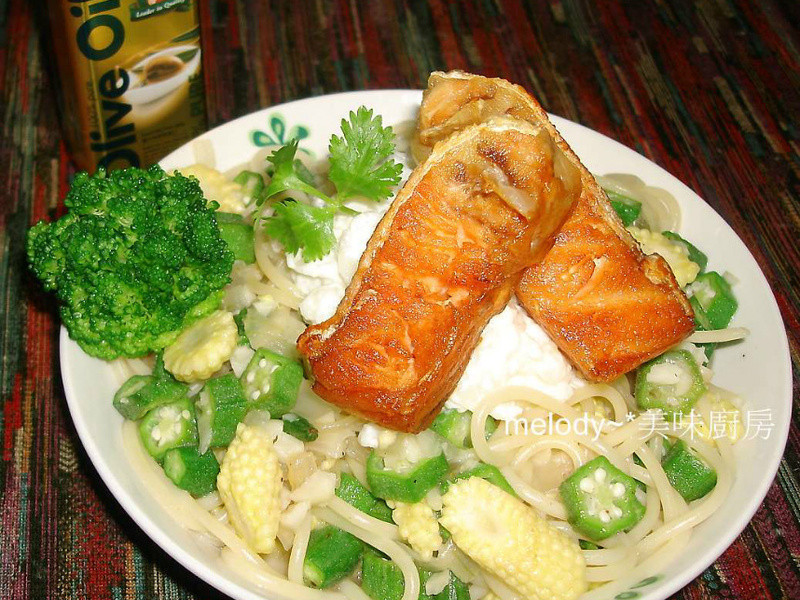 薯泥佐鮭魚蒜香義大利麵