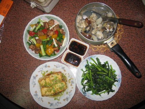芹菜蛋豆腐、雞腿肉青蔥紅黃甜椒、豆苗菜、蛤蜊湯