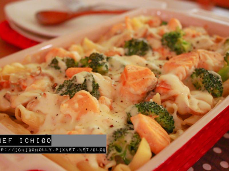 焗烤鮭魚蘑菇奶油白醬義大利麵