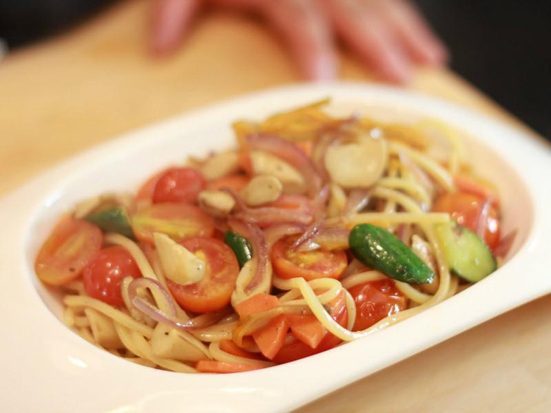 【大肚皮Jason主廚‧真男人廚房】橄欖油清炒金針時蔬麵