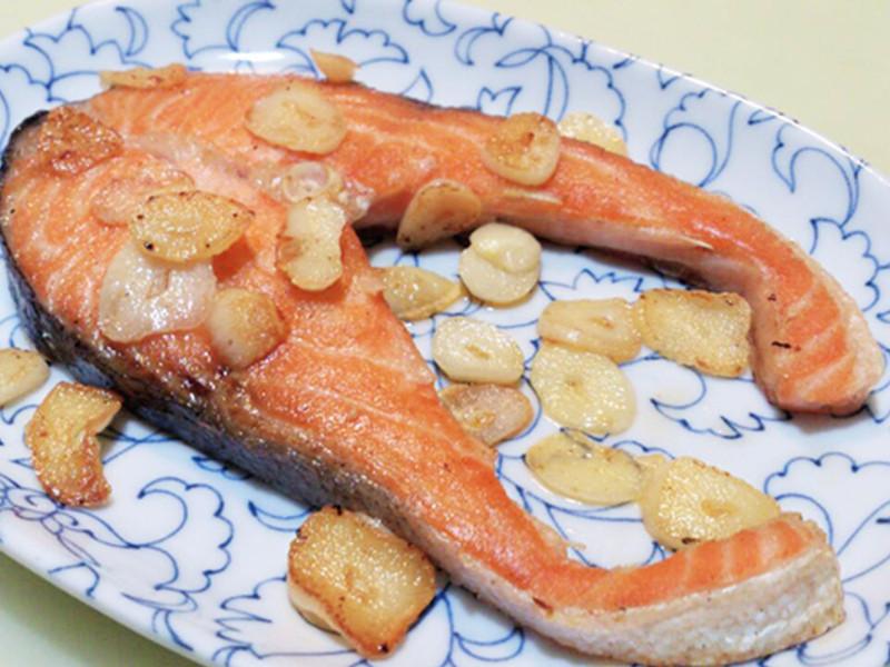 蒜香煎鮭魚
