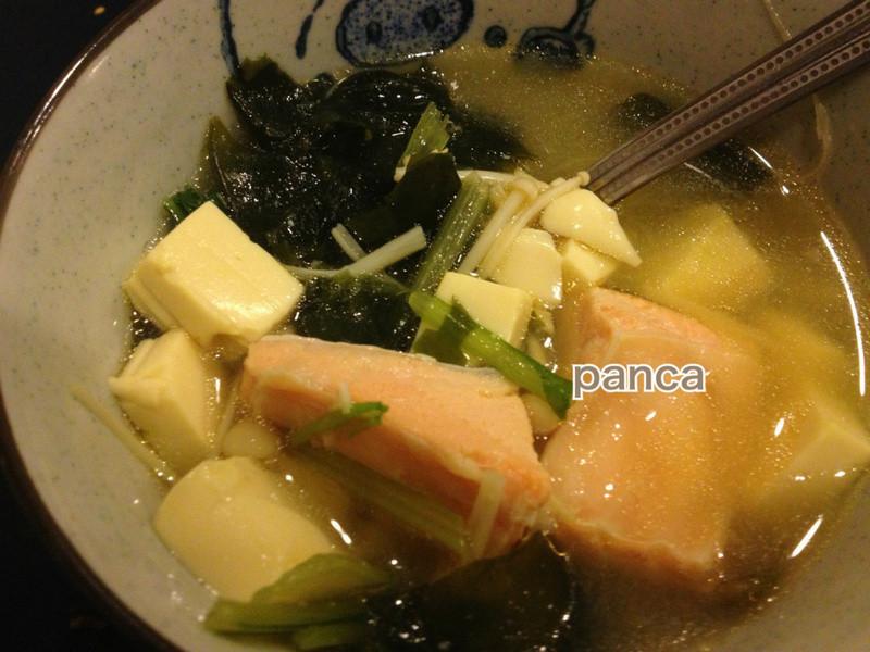 味噌豆腐海帶鮭魚湯【海鮮料理】。胖卡瘦不了食譜