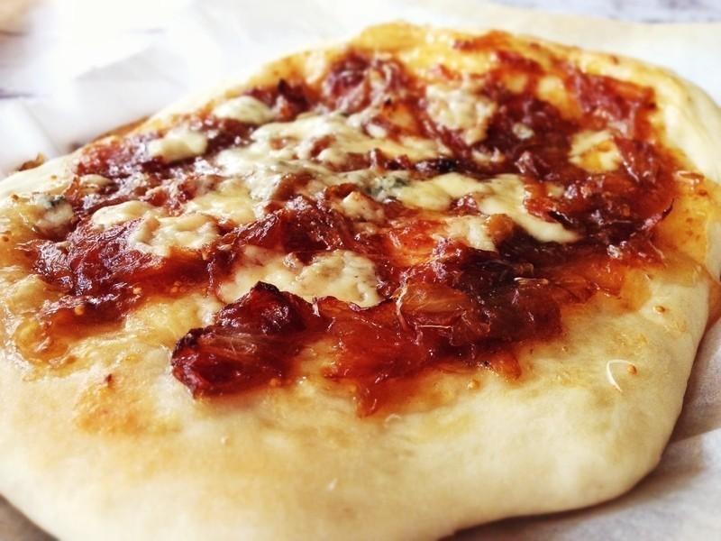 無花果焦糖洋蔥披薩搭配藍黴起司 Fig Jam, Caramelized Onion & Blue Cheese Pizza