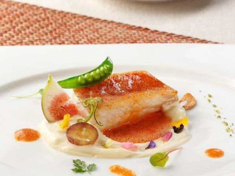 嫩煎魴魚佐辣味蛋黃醬與螯蝦茄汁