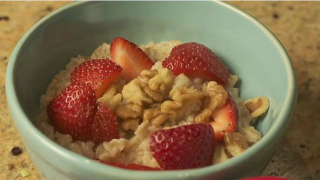 早餐好選擇-草莓堅果燕麥粥