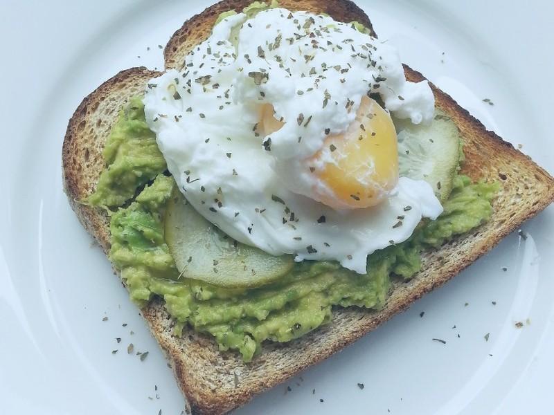 健康早午餐 - 牛油果蛋多士/吐司