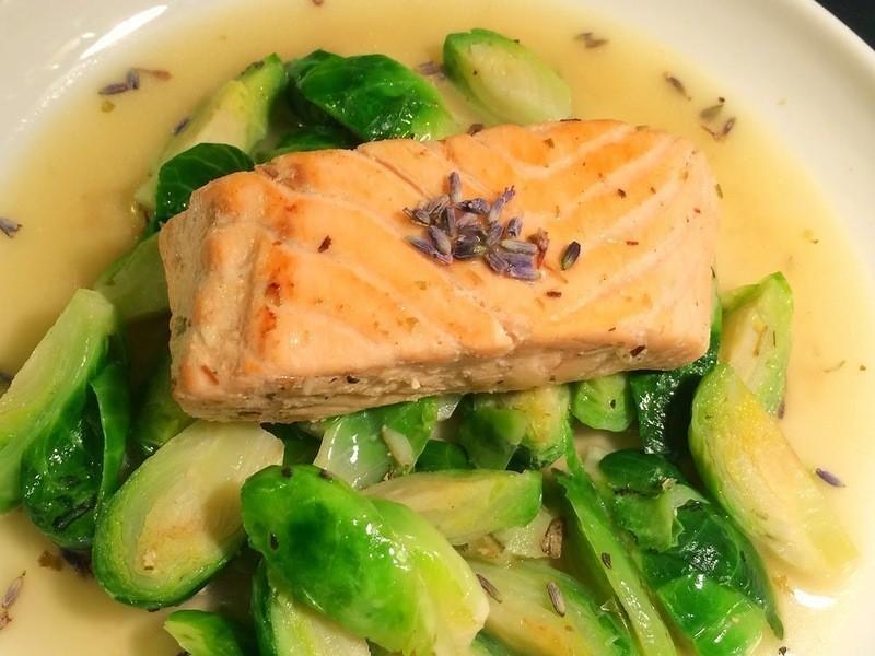 鮭魚排佐白酒薰衣草奶油醬