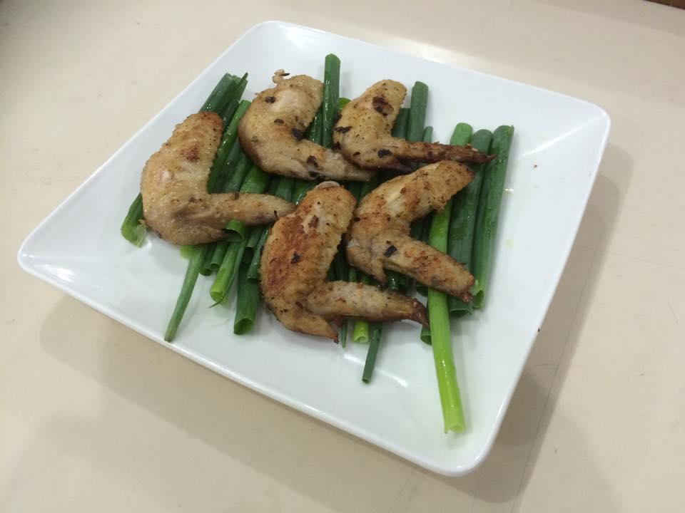 """""""洪修料理食宴室""""吃了都會飛的蔥燒雞翅"""
