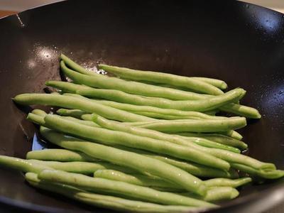 備料:四季豆兩頭先用手掰掉(這樣可以把老絲一起去除),懶得用手一根根慢慢掰掉頭尾、老絲的話,用菜刀直接切掉兩頭也行(就是吃到老絲會有點影響口感這樣)。清水洗淨四季豆、瀝乾。