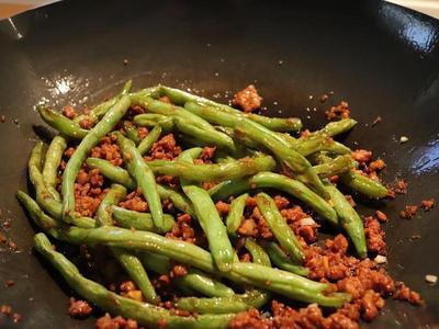 加入步驟2炒好的四季豆,拌炒一下,完成。  ※建議試一下味道,不夠鹹可再加 一些鹽。