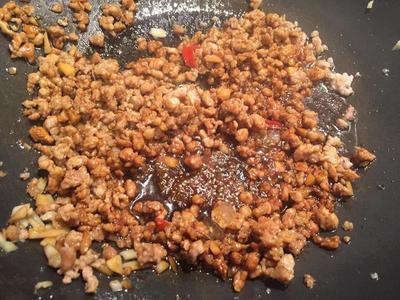肉變色後,加[炒絞肉的醬料],繼續翻炒,讓肉上色、收汁。