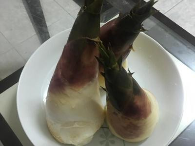 挑選新鮮的綠竹筍,不要選太瘦長的,容易苦,選底部較大,高度適中的筍子。