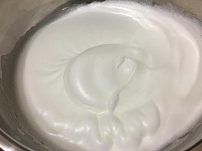 此刻就可挖三分之一的蛋白糊加入蛋黃糊輕慢拌勻後,再將全部倒入蛋白糊裡,輕慢拌勻即可置模