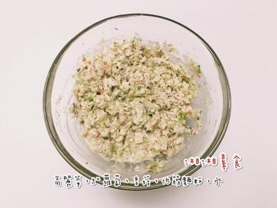 將高麗菜洗淨後切末再加鹽拌勻抓出水,放入濾網袋後將水瀝乾,與紅蘿蔔末及香菇末、豆泥放置備用