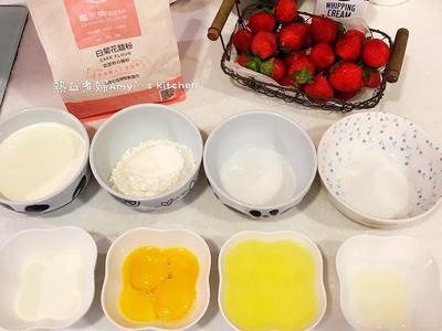 將低筋麵粉過篩備用,蛋黃和蛋白分開備用。 烤箱先用180度預熱10分左右。