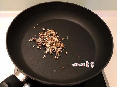 倒入一點點油後將香菇末炒香